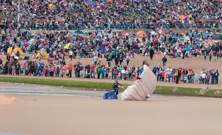caida libre: Un miembro de los Tigres paraca�das tierras del equipo de visualizaci�n en la playa despu�s de una demostraci�n para el p�blico durante el 2015 Sunderland Airshow.