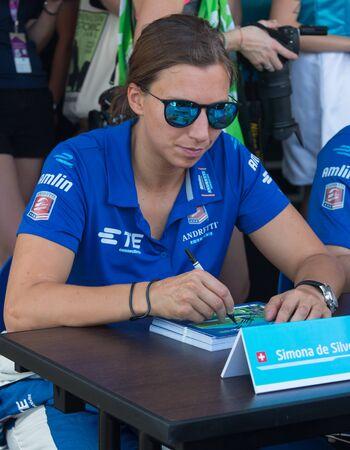 Simona de Silvestro Andretti formula E segni di squadra autografi per i fan prima del 2015 di Formula E ePrix a Putrajaya, Malesia.