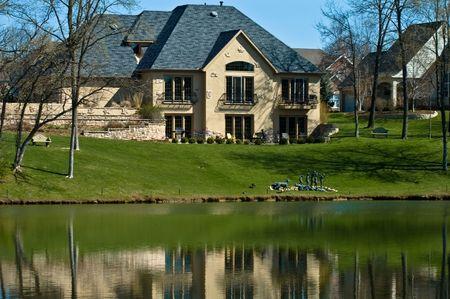 Casa de lujo en el campo de golf con lago artificial Foto de archivo - 4446240