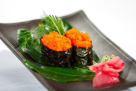 feuille de bambou: Deux nigiridzusi sur feuille de bambou avec du citron, wasabi et gingembre