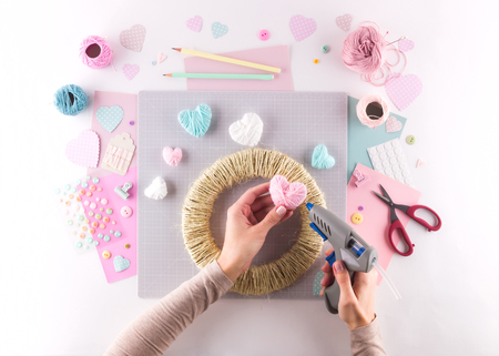 Making diy project. Knitting decoration. Craft tools and supplies. Season home valentines day decor Foto de archivo