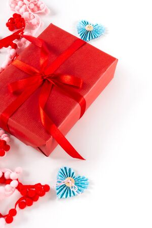 Red gift box with heart and bow on white background. Valentines day 14 february packaging concept 免版税图像 - 139602444
