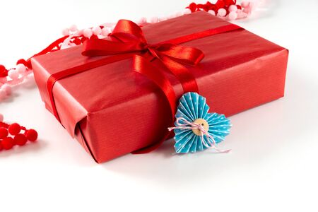 Red gift box with heart and bow on white background. Valentines day 14 february packaging concept 免版税图像 - 139602408