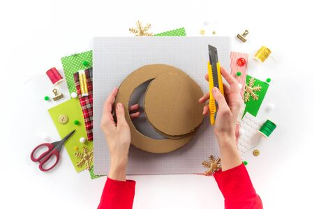 DIY instruction. Making a Christmas wreath from felt. Craft tools and supplies. Step 1. Foto de archivo