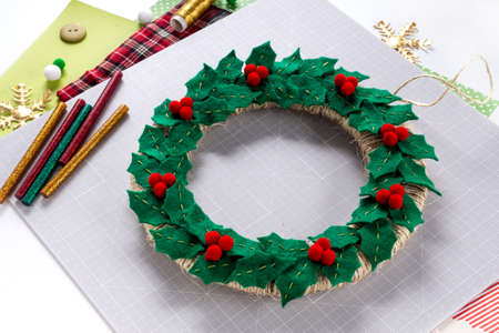 DIY instruction. Making a Christmas wreath from felt. Craft tools and supplies. Step 7 - Final Foto de archivo