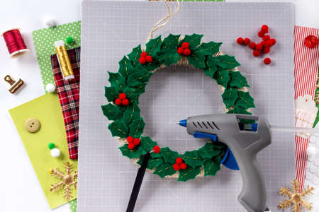 DIY instruction. Making a Christmas wreath from felt. Craft tools and supplies. Step 6 Foto de archivo