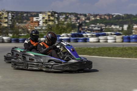 motorizado: Campeonato de Karting. El conductor en karts que llevaba el casco, juego de carreras participa en raza del kart. Show de karting Niños, corredores adultos karting.