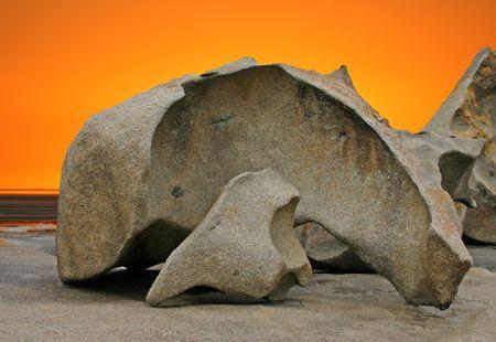 sculpted: Gebeeldhouwde rotsformatie en oranje hemel Remarkable Rocks in Flinders Chase National Park, Kangaroo Island, Zuid-Australië Stockfoto