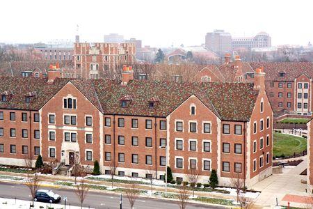 Visualizzazione degli edifici e skyline nel campus della Purdue University, West Lafayette, Indiana, con la neve e il cielo nuvoloso in inverno
