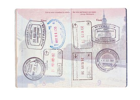 Post zegels uit Australië, Italië, Nederland en de Verenigde Staten in een paspoort van de Verenigde Staten op wit wordt geïsoleerd
