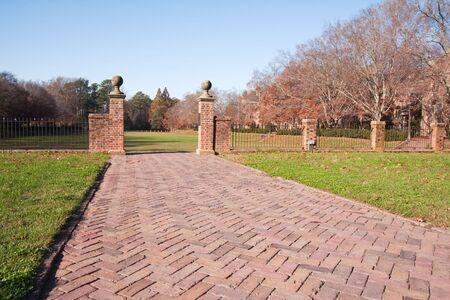가 동안 버지니아의 윌리엄 앤 메리 대학 캠퍼스에서 가라 앉은 정원으로가는 벽돌 통로