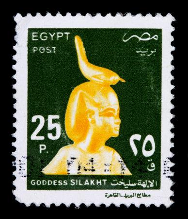 이집트 -2002 년경 : 이집트에서 인쇄하는 25 piastre 우표 2000 년경 머리에 조류와 여신 Silakht의 황금 동상 보여줍니다 에디토리얼