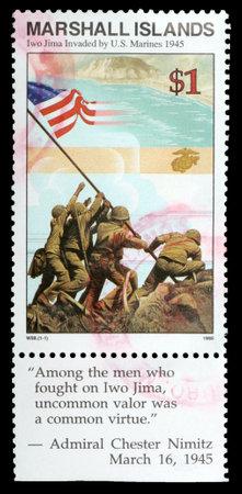 마샬 군도 공화국 - -1995 년경 : 마샬 군도 공화국에서 인쇄 1 달러 스탬프 1995 년경, 이오 지마 섬이 1945 년 미 해병대에 의해 침략 플래그의 인상을 보여