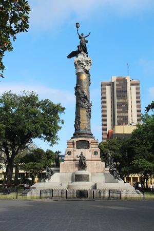 centennial: Statua della Libert� e quattro padri fondatori della citt�, nel Parque del Centenario (Centennial Park) sulla Avenida Nueve de Octubre nel centro di Guayaquil, Ecuador. Centennial Park � il pi� grande centro di Guayaquil e commemora i 100 anni di Anni