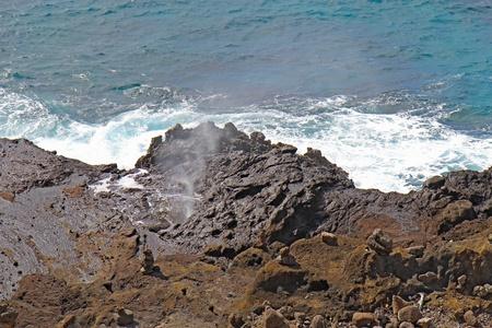 orificio nasal: Sal dispara aerosol del orificio Halona cerca de Honolulu, en la costa sureste de la isla hawaiana de Oahu Foto de archivo