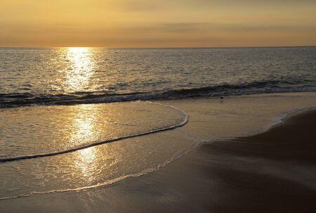 nags: Temprano por la ma�ana la luz del sol se reflejaba en el oc�ano Atl�ntico en una playa en Nags Head en los Outer Banks de Carolina del Norte