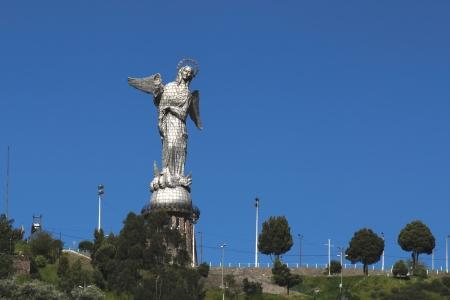 엘 파네 시요 키토, 에콰도르의 도시를 내려다 보이는 언덕 위의 마돈나의 동상의보기 스톡 콘텐츠