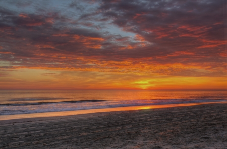 그것은 노스 캐롤라이나의 외부 은행에 낙스 헤드의 모래 사장을 조명 대서양 위로 상승으로 극적인 구름이 태양을 마스크 스톡 콘텐츠