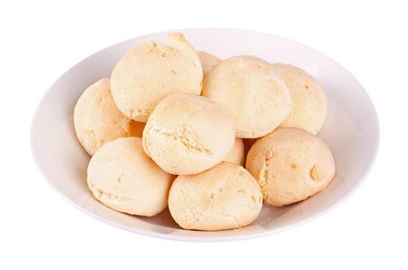 하얀 접시에 팬 드 yuca, 또한 콜롬비아 pandebono 또는 브라질 파오 드 queijo로 알려진 에콰도르에서 매우 인기가있다 타피오카 또는 yuca 가루로 만든 치즈  스톡 콘텐츠
