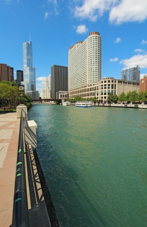 tour boats: Tour boats and the city skyline along the Chicago River in Chicago,