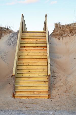 nags: Nueva escalera a una playa p�blica en Nags Head en los Outer Banks de Carolina del Norte verticales Foto de archivo