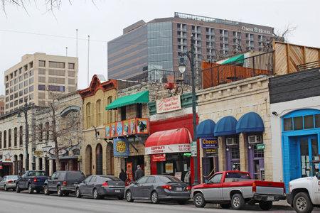 오스틴, 텍사스 -2003 년 2 월 3 일 : 여섯 번째 스트리트 역사 지구에있는 바, 레스토랑 및 기타 업체. 국립 유적지에 등록 된 주요 관광지입니다. 에디토리얼