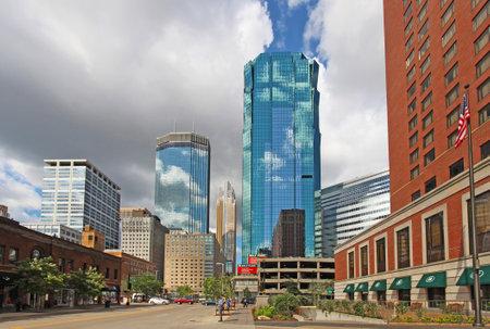 ミネアポリス、ミネソタ州 - 2014 年 8 月 11 日: 高層ビルと活動 S マーケット アベニューに都心のミネアポリス、ヘネピン郡の座席との以上 400,000 の