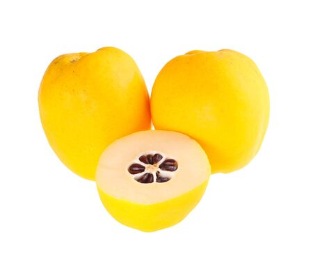 membrillo: Tres enteros y corte amarillo, fruta madura de la floración o membrillo japonés (Chaenomeles híbridos) aislado contra un fondo blanco
