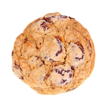 galleta de chocolate: Individual recién horneado, hecho en casa galletas de chocolate y chips butterscotch avena aislado contra un fondo hite