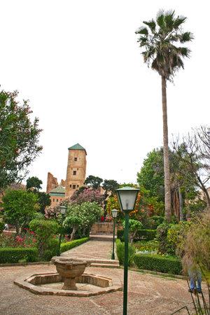 Andalusische tuinen en Palace museum toren aan de rand van de oude Kasbah van de Udayas in Rabat, de hoofdstad van Marokko.