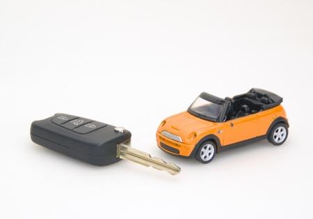 El coche de juguete y llave auto