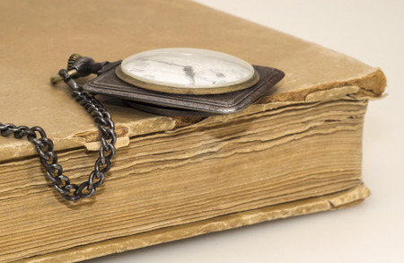 tatter: Antiguo reloj y libro jirones