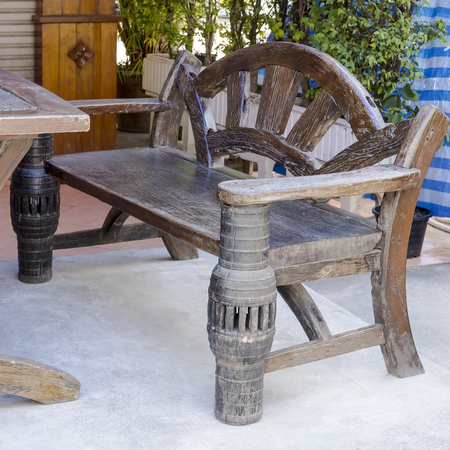 divan: Div�n de madera r�stica Foto de archivo