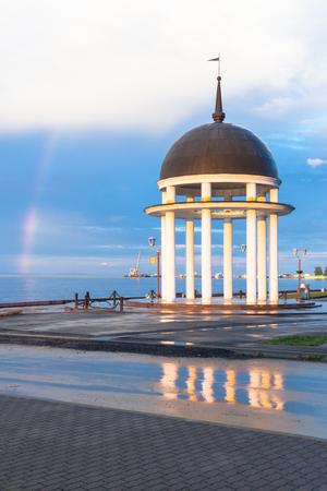 cielo atardecer: Arco iris en el cielo del atardecer cerca de la Rotonda