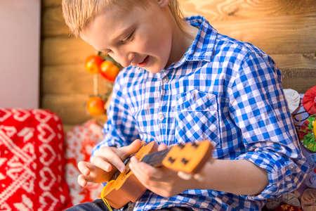 Tiener jongen met gitaar