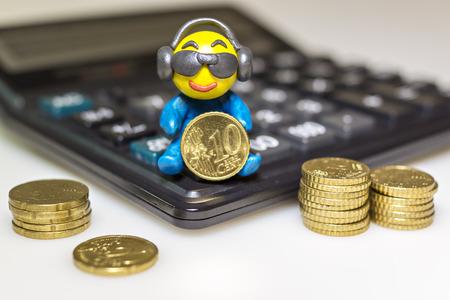 Hombre de plastilina divertido con las monedas de euro
