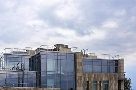 Superior vidrioso del alto edificio de la ciudad