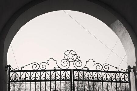 puertas de hierro: Arco con antiguas puertas de hierro forjado