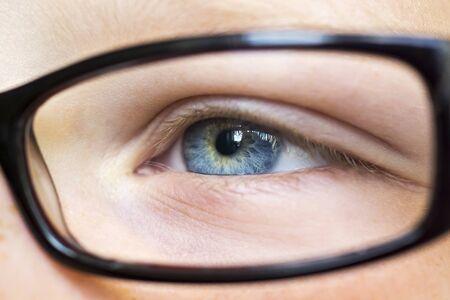 schöne augen: Eye in Gläsern schließen oben Lizenzfreie Bilder