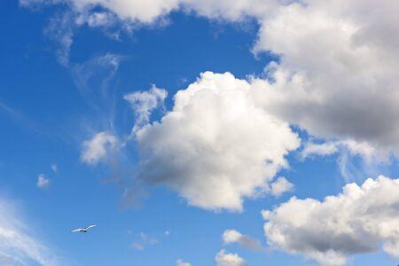 Nubes en el cielo en buen d�a Foto de archivo