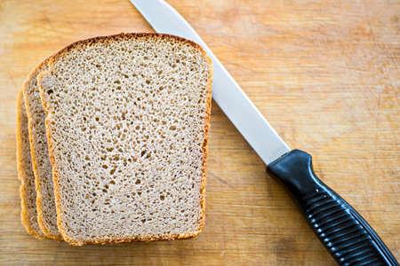 Pan y cuchillo en placa