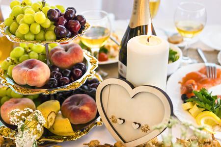 Vector de la boda con la vela y la decoraci�n en forma de coraz�n