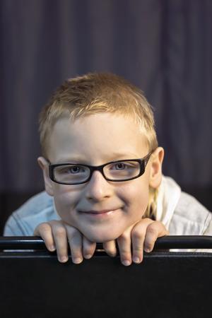 Portret van jongen in glazen