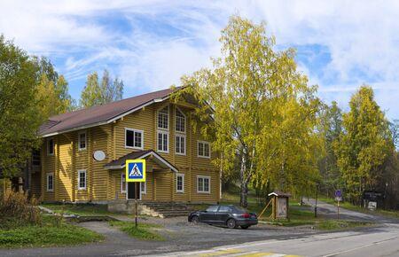 Schöne Holzblockhaus im historischen Ort des Ferienorts