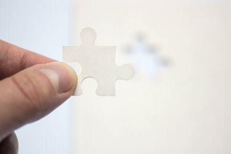 적합: Hand holds suitable piece of puzzle
