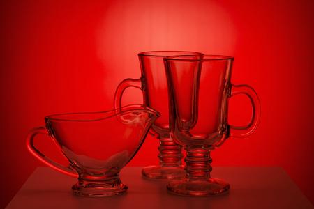 utensilios de cocina: Jarra de vidrio transparente y glassfuls en rojo