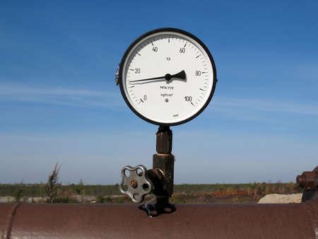 Manometer op een oliepijpleiding. Stockfoto