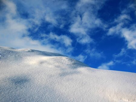 impasse: Snow cliff in mountains.