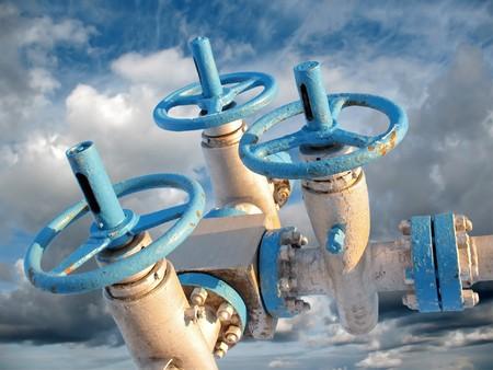 Olie-industrie. Olie klink en grijze wolken in de lucht. Stockfoto