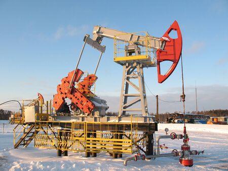 La extracci�n de petr�leo. Industria petrolera. La construcci�n y el mecanismo de trabajo. Foto de archivo - 4044825